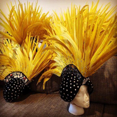 Coiffes Spirit Spectacles en plumes jaunes et velours noir strassé